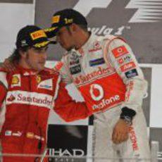 Fernando Alonso y Lewis Hamilton hablan en el podio del GP de Abu Dabi 2011