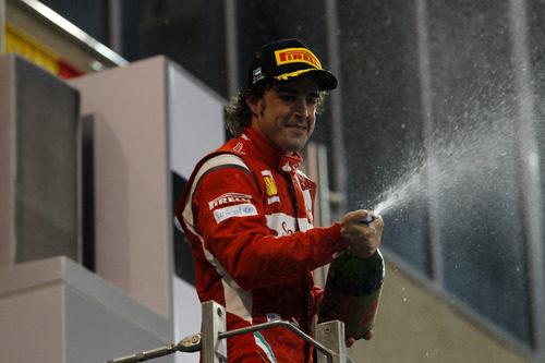 Fernando Alonso riega a los suyos en Abu Dabi 2011