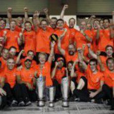 La madre de Lewis Hamilton celebra la victoria con el equipo McLaren en Yas Marina