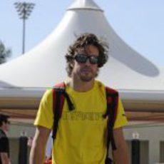 Fernando Alonso llega a Abu Dabi con una camiseta amarilla