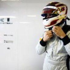 Dani Clos se pone el casco para subirse al monoplaza de HRT