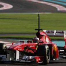 Jules Bianchi en pista con el Ferrari de 2011 em Yas Marina