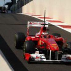 Bianchi sale de boxes con su Ferrari en Yas Marina