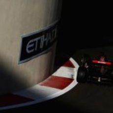 Coletti sale de boxes en el circuito de Yas Marina