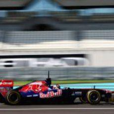 Stefano Coletti a toda velocidad con el Toro Rosso en Yas Marina