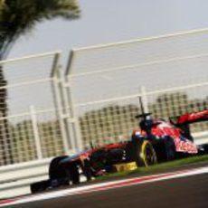 El Toro Rosso llevado por Kevin Ceccon en Yas Marina