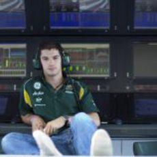 Alexander Rossi espera su oportunidad con el Team Lotus en Yas Marina