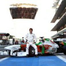 Johnny Cecotto Jr. posa junto al monoplaza de Force India en Abu Dabi
