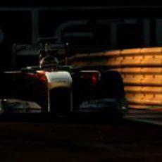 La noche alcanza al Force India de Johnny Cecotto Jr. en Yas Marina