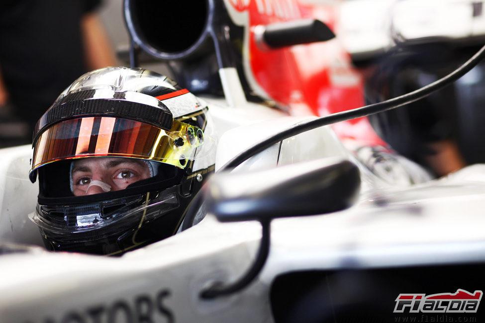 Jan Charouz sentado en el F111 de HRT en Abu Dabi
