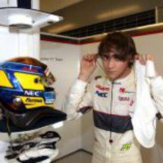 Esteban Gutiérrez se quita los cascos tras bajarse del coche en Yas Marina