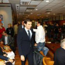 Pedro de la Rosa entra en la sala donde tendrá lugar la rueda de prensa