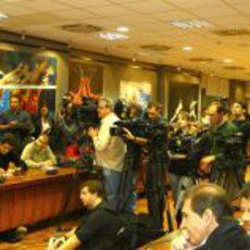 La prensa muy atenta a la presentación de Pedro de la Rosa con HRT