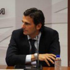 Pedro de la Rosa escucha atentamente lo que HRT cuenta sobre él