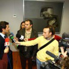 Las cámaras de televisión graban a Pedro de la Rosa tras su fichaje por HRT