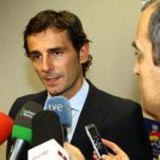 Pedro de la Rosa atiende a los micrófonos de la televisión