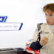Bortolotti preparándose para subirse al Williams FW33 en Abu Dabi