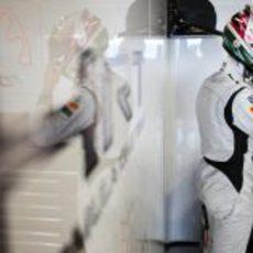 Nathanaël Berthon se coloca el casco en los test Abu Dabi 2011