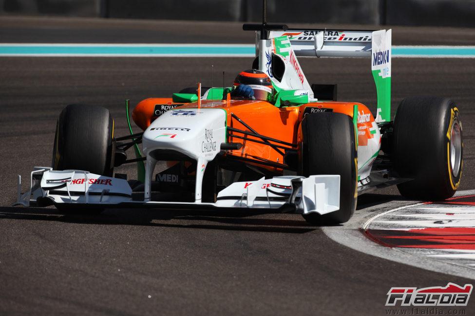 Max Chilton negocia una de las curvas del circuito de Abu Dabi