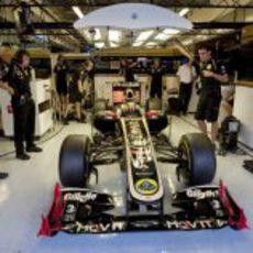 Jan Charouz en el box de Lotus Renault GP en Yas Marina