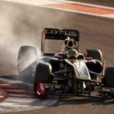Jan Charouz bloquea neumáticos en el circuito de Yas Marina