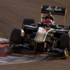Alexander Rossi rueda con el monoplaza del Team Lotus en Abu Dabi