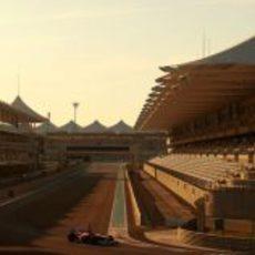 Bianchi en la frenada de la primera curva de Yas Marina