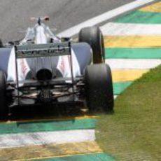 Rubens Barrichello pasa por uno de los pianos de Interlagos