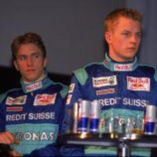 Kimi Räikkönen junto a Nick Heidfeld en la presentación de Sauber en 2001