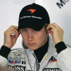 Kimi Räikkonen se pone los cascos en el GP de Australia 2005