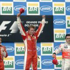 Kimi Räikkönen celebra la victoria y el título en el podio de Brasil 2007