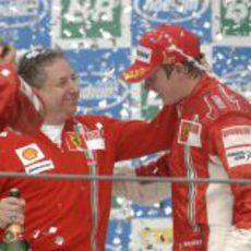 Jean Todt felicita a Kimi Räikkönen por su título de Campeón del Mundo de 2007