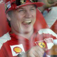 Kimi Räikkönen partiéndose de risa