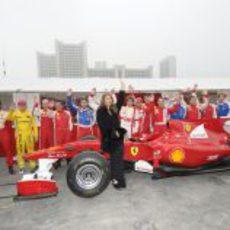 La modelo Nina Senicar posa con el Ferrari F10