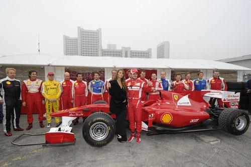 Nina Senicar y Giancarlo Fisichella posan con el Ferrari en Bolonia