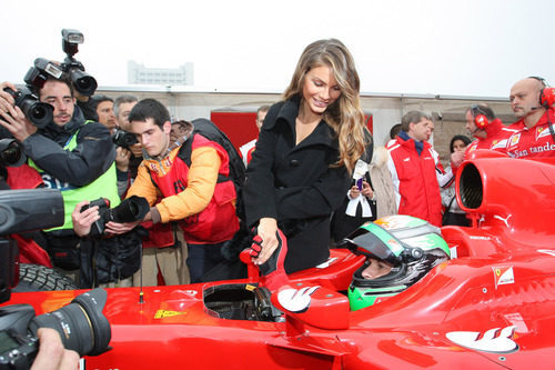 Nina Senicar anima a Fisichella en el Motorshow de Bolonia 2011