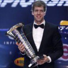 Sebastian Vettel con su trofeo de Campeón del Mundo de F1 2011