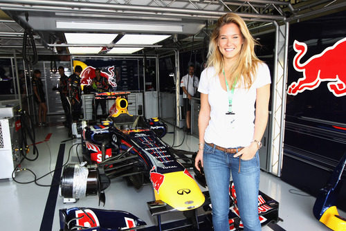 Bar Refaeli en el box de Red Bull en Brasil 2011