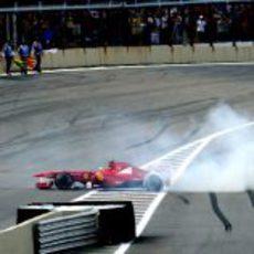 Felipe Massa hace unos 'donuts' en Interlagos