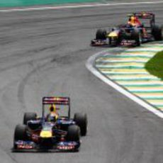 Mark Webber se acerca a Sebastian Vettel en la carrera del GP de Brasil 2011