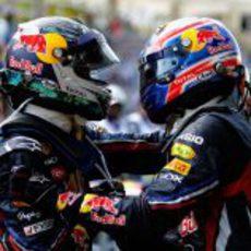 Sebastian Vettel y Mark Webber se abrazan en Brasil 2011