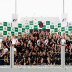 Red Bull celebra en el podio de Brasil su doblete