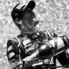 Mark Webber celebra en el podio de Interlagos su victoria