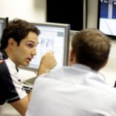 Bruno Senna con uno de los ingenieros de Williams