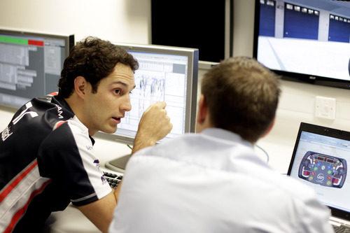 Bruno Senna con uno de los ingenieros de Williams