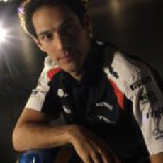 Bruno Senna con su casco en el museo de Williams
