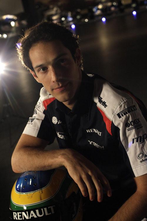 Bruno Senna con su casco en el museo de Williams