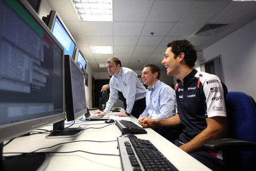 Bruno Senna se divierte con los técnicos de Williams