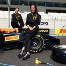 Inés Sastre y Bianca Balti con el monoplaza de Pirelli