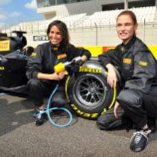 Inés Sastre y Bianca Balti intentan cambiar un neumático de Fórmula 1